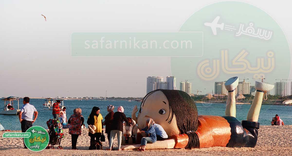 گردشگران در ساحل اسکله تفریحی